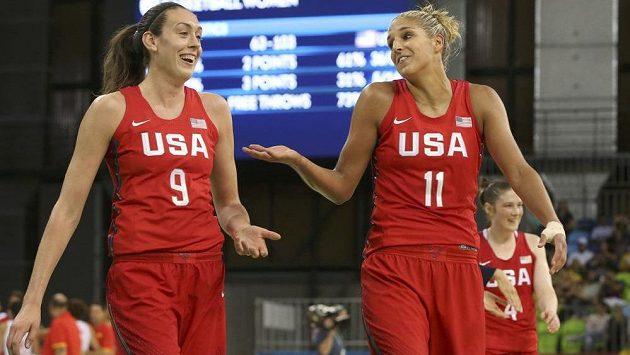 Americké basketbalistky Breanna Stewartová (vlevo) a Elena Delleová v zápase se Španělskem.