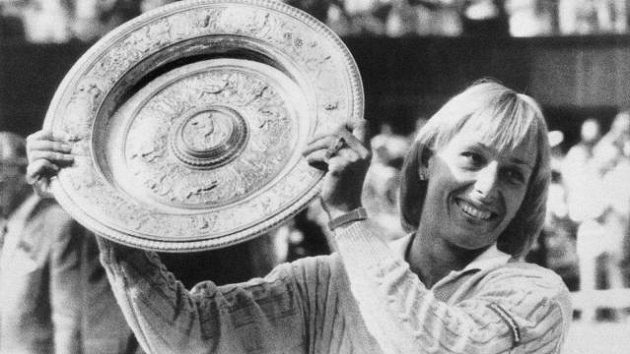Se stříbrným talířem pro vítězku wimbledonské dvouhry pózovala Martina Navrátilová celkem devětkrát.