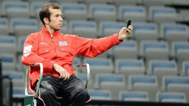 Radek Štěpánek si fotí kurt při tréninku na finále Davis Cupu.