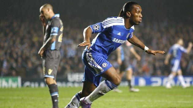 Didier Drogba z Chelsea slaví gól do sítě Neapole.