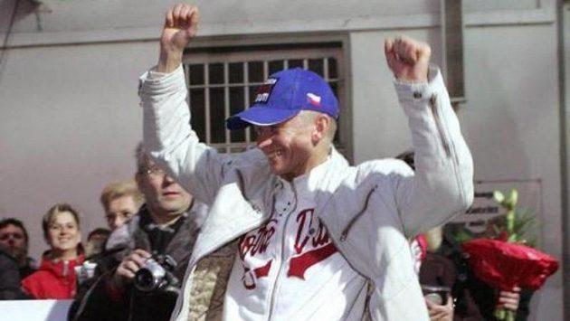 Žokej Filip Minařík oslavuje svůj celkový triumf v německém šampionátu v rovinových dostizích.