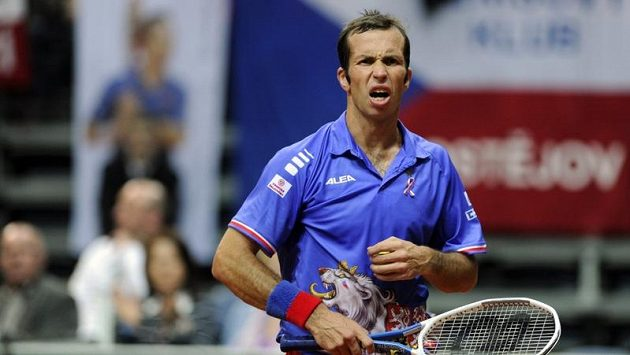 Radek Štěpánek během zápasu čtvrtfinále Davis Cupu proti Janko Tipsarevičovi ze Srbska.