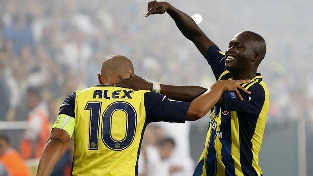 Fotbalisté Fenerbahce Alex (vlevo) a Moussa Sow se radují ze vstřelené branky do sítě Marseille.