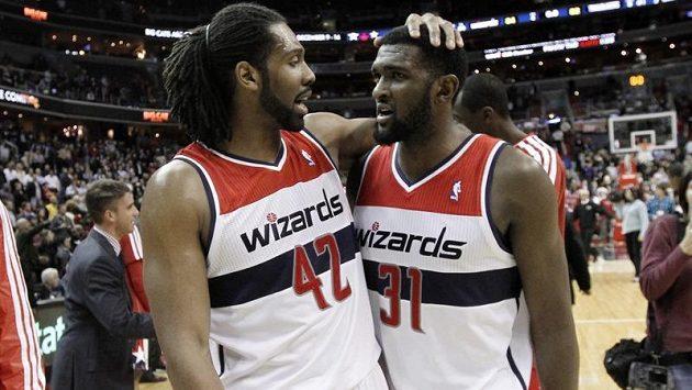 Basketbalisté Washingtonu Wizards Nene (vlevo) a Chris Singleton se radují z výhry.