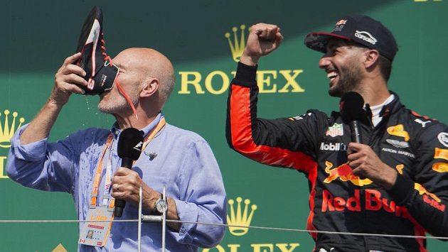Daniel Ricciardo (vpravo) naučil shoey také herce Patricka Stewarta.