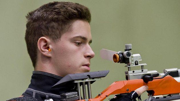 Střelec Filip Nepejchal v kvalifikaci vzduchové pušky.