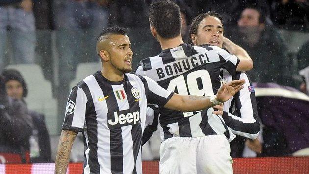 Alessandro Matri (vpravo) slaví svoji úvodní trefu v utkání Ligy mistrů proti Celtiku Glasgow se spoluhráči z Juventusu Arturem Vidalem a Leonardem Bonuccim.