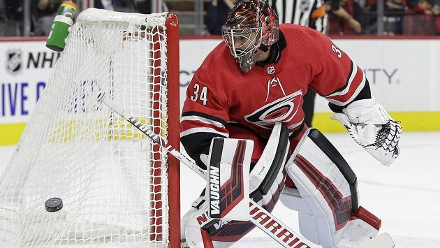 Český brankář Caroliny Hurricanes Petr Mrázek vyráží střelu během utkání NHL.