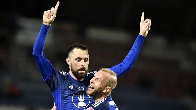 Fotbalisté Olomouce (zleva) Michal Ordoš a Jakub Petr oslavují gól proti Baníku.