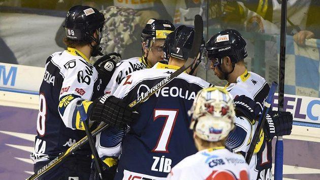 Hokejisté Vítkovic se radují z branky, kterou vstřelili v utkání s Pardubicemi.