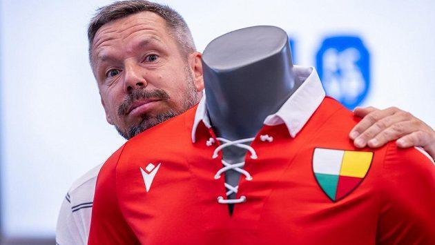 Legenda a asistent trenéra fotbalové Viktorie Plzeň Pavel Horváth pózuje u retro dresu pro výroční zápas s Českými Budějovicemi.