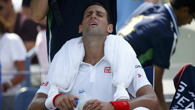 Grimasa ve tváři Novaka Djokoviče v semifinále US Open s Keiem Nišikorim.