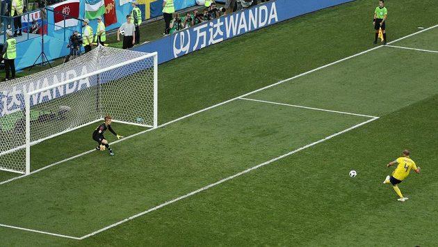 Švéd Andreas Granqvist kope penaltu v duelu s Koreou.