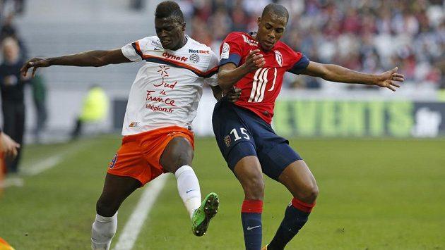Dijibril Sibide z Lille (vpravo) bojuje o míč s útočníkem Montpellieru M'Bayem Niangem.