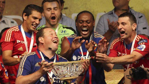 Vágner Love (druhý zprava) takhle slavil ruský titul. Vpravo jeho spoluhráči Alan Dzagojev, zleva Mark González a brankář Igor Akinfejev. Pohár drží trenér CSKA Leonid Slutskij.