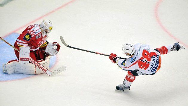 Útočník Pardubic Jan Kolář střílí gól, vlevo třinecký brankář Peter Hamerlík.