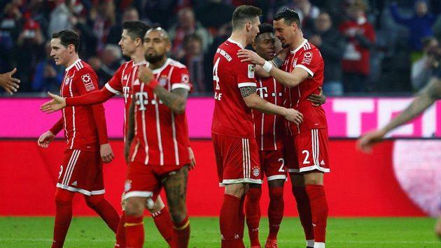 Fotbalisté Bayernu se radují z výhry v Mohuči.