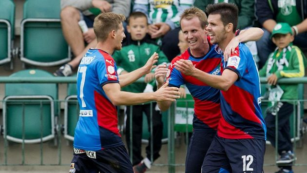 Michal Ďuriš z Plzně (vpravo) se raduje se svými spoluhráči Davidem Limberským (uprostřed) a Patrikem Hrošovským z gólu.