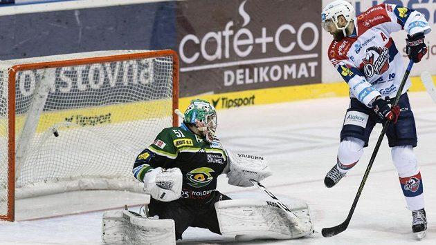 Karlovarský brankář Vladislav Habal pouští gól. Vpravo přihlíží útočník Dynama Tomáš Marcinko.