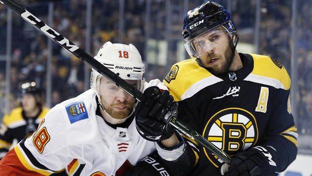 David Krejčí (vpravo) z Bostonu v souboji s Mattem Stajanem z Calgary. Bude hrát NHL i v Seattlu?