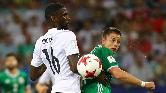 Německý zadák Antonio Rüdiger (vlevo) v souboji s Javierem Hernándezem z Mexika na Poháru FIFA v Rusku.