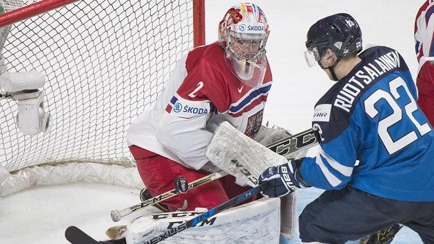 Na ilustračním snímku se finský útočník Arttu Ruotsalainen snaží vyzrát na českého brankáře Jakuba Škarka.