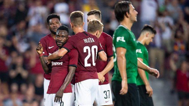 Guélor Kanga ze Sparty Praha oslavuje se spoluhráči gól na 3:0 z penalty během utkání 4. kola Fortuna ligy.