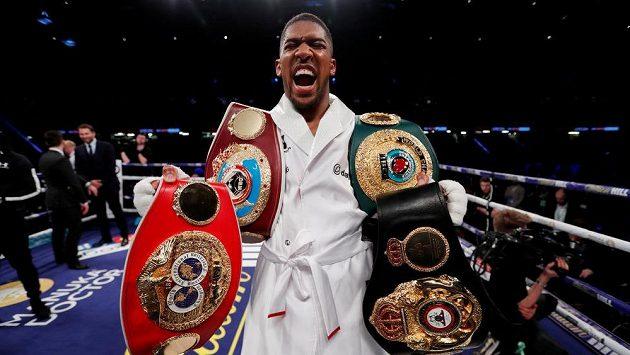 Neporažený boxer Anthony Joshua s pásy organizací WBA, IBF, WBO a IBO.