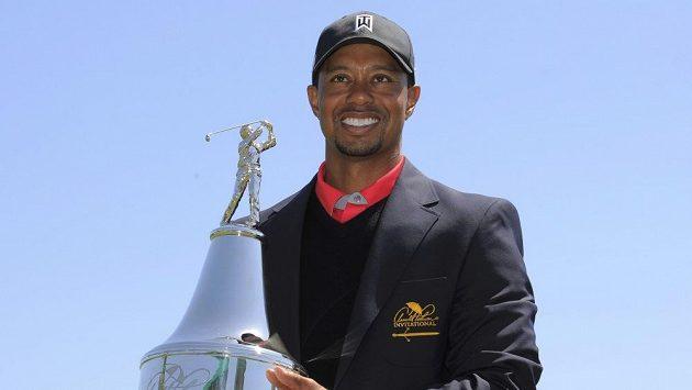 Tiger Woods s trofejí pro vítěze turnaje v Orlandu, díky němuž Američan znovu vystoupal na post světové jedničky.