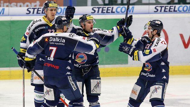 Vítkovický Rudolf Huna (uprostřed) se raduje se svými spoluhráči z gólu - ilustrační foto.