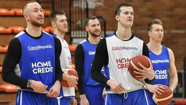 Zleva Šimon Puršl, Martin Peterka, Martin Kříž, Luboš Kovář a Tomáš Vyoral na tréninku české basketbalové reprezentace.