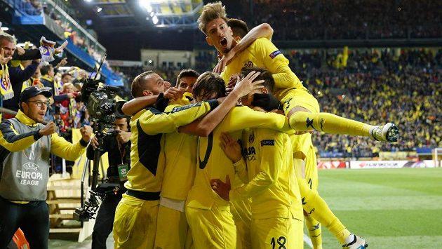 Fotbalisté Villarrealu slaví gól proti Liverpoolu v úvodním semifinálovém duelu Evropské ligy.