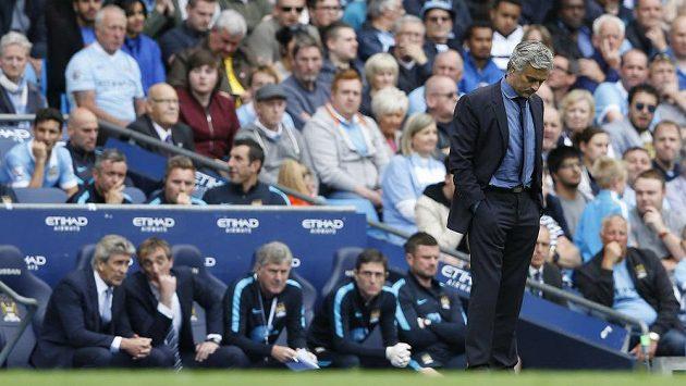 José Mourinho z Chelsea při zápase s Manchesterem City.