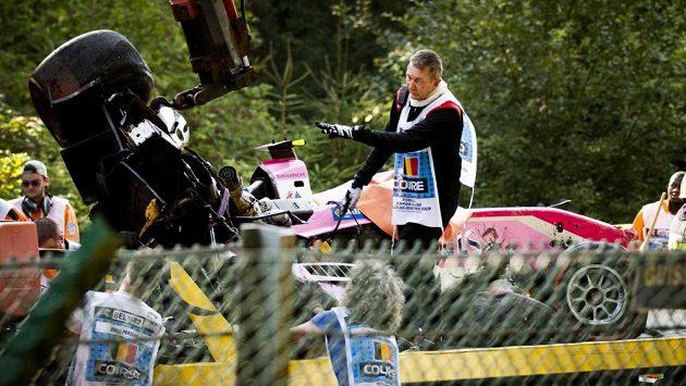 Poničená formule Anthoina Huberta po nehodě, která se udála během závodu formule 2 ve Spa. Francouzský pilot svým zraněním z hrozivé kolize podlehl.