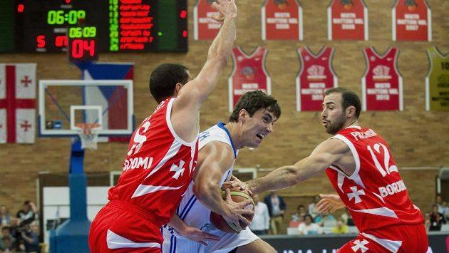 Český basketbalista Jiří Welsch mezi Gruzínci Giorgim Cicadzem (vlevo) a Levanem Pacacijou.