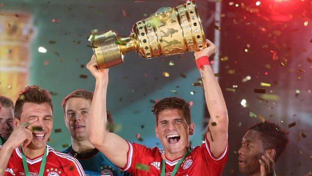 Kromě bundesligy a Champions League Mario Gomez zvedl nad hlavu i trofej pro vítěze Německého poháru.