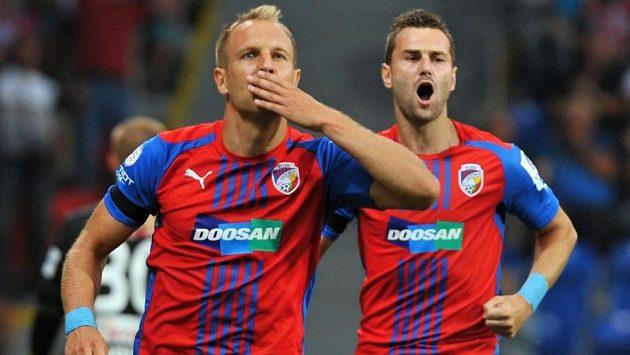 Plzeňský záložník Daniel Kolář (vlevo) a obránce Radim Řezník slaví první gól v síti Jablonce.