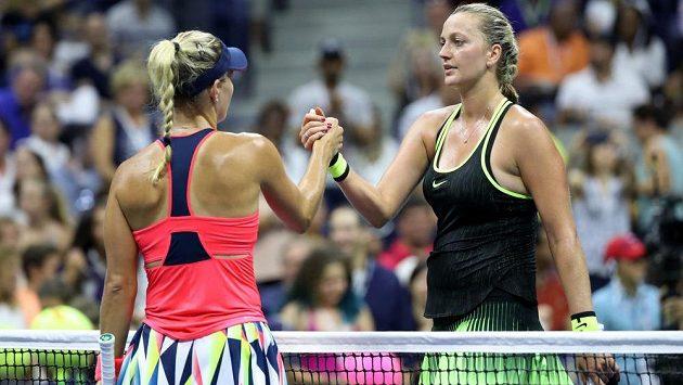 Petra Kvitová (vpravo) si podává ruku s Němkou Angelique Kerberovou po skončení osmifinálového duelu na US Open.