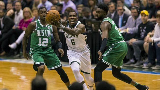 Basketbalista Milwaukee Bucks Eric Bledsoe (6) zakončuje akci v šestém utkání proti Bostonu.