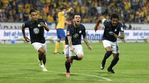 Záložník Wolfsburgu Vieirinha (uprostřed) vstřelil jediný gól odvetného barážového střetnutí o bundesligu.