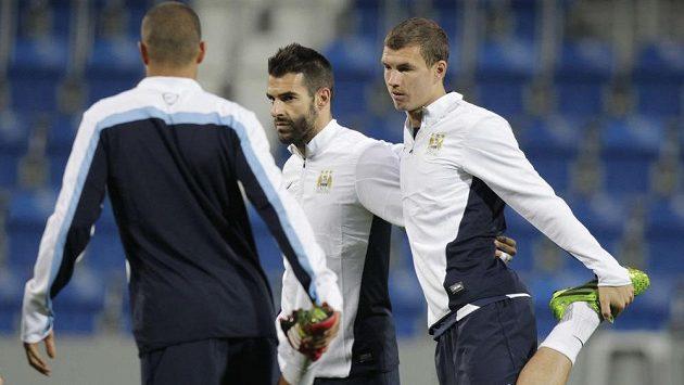 Útočníci Manchesteru City Alvaro Negredo (uprostřed) a Edin Džeko (vpravo).