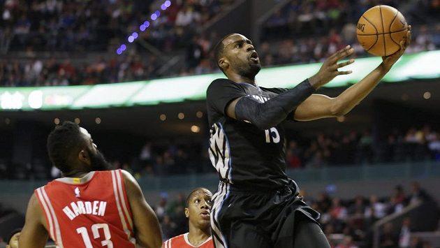 Basketbalista Minnesoty Timberwolves Shabazz Muhammad míří na koš přes Houston Rockets Jamese Hardena a Isaiaha Canaana z Houstonu.