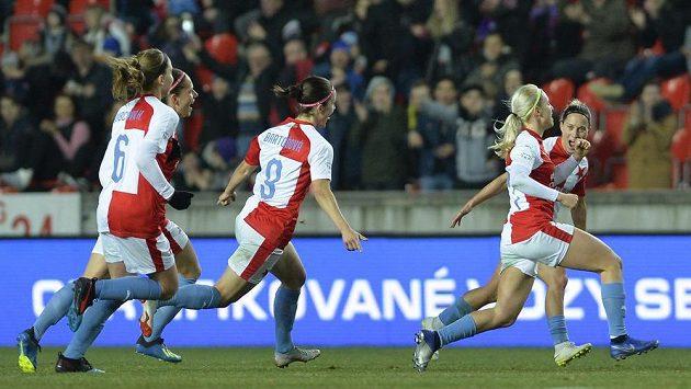 Radost střelkyně jediného gólu Slavie Kateřiny Svitkové (druhá zprava) v domácím čtvrtfinálovém zápase Ligy mistryň proti Bayernu Mnichov.
