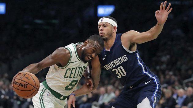 Kemba Walker (vlevo) z Bostonu se v utkání NBA snaží probít přes bránícího Setha Curryho z Dallasu.