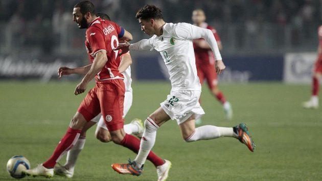 Tunisan Jasín Šicháví (vlevo) v akci v přátelském utkání s Alžírskem.