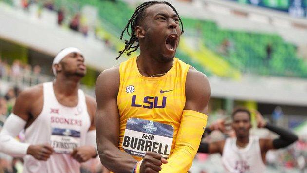 Sean Burrell se raduje po závodě juniorů na 400 m překážek.