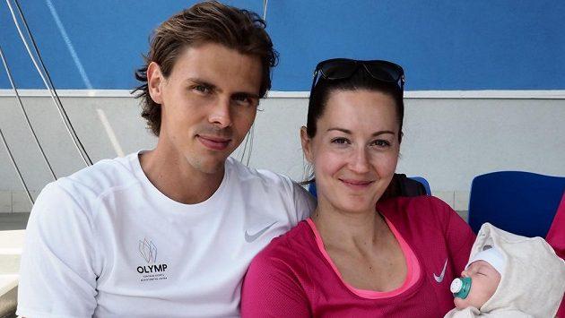 Adam Sebastian Helcelet po boku tehdy ještě snoubenky Denisy Rosolové a dcery Evelin (archivní foto).