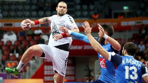 Házenkář Pavel Horák zkouší překonat francouzský blok.