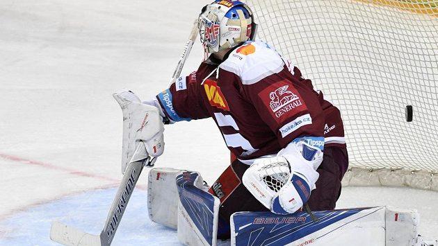 Brankář Sparty Petr Kváča právě dostal první gól.