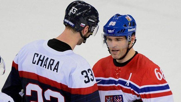 Jaromír Jágr a Zdeno Chára po vzájemném zápase Česka se Slovenskem na zimních olympijských hrách v Soči v roce 2014.